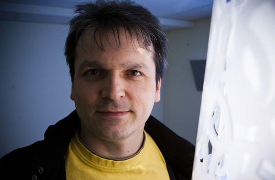Frank Andrew Stevenson har 16 års fartstid som utvikler. Blant annet jobbet han i 12-13 som spillutvikler for Funcom. Nå er han utvikler for 3G-mobilprodusenten Kvaleberg. Kryptografi er en hobby. - Jeg er stort sett selvlært, sier han til digi.no.