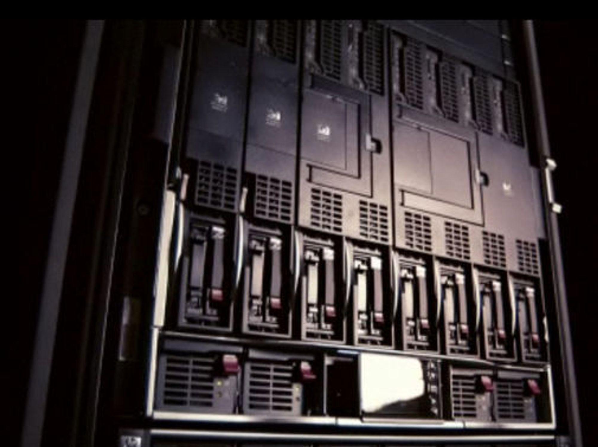 Bladserverne i den midterste rekken er dekket av koplingen Blade Link som slår to toveis servere til en fireveis, eller fire toveis servere til en åtteveis.