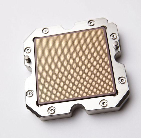 Power7-prosessoren sett nedenfra: Den er innkapslet i keramikk, og utstyrt med et eget lokk. Hver prosessor har åtte kjerner, og hver kjerne kjører fire tråder.