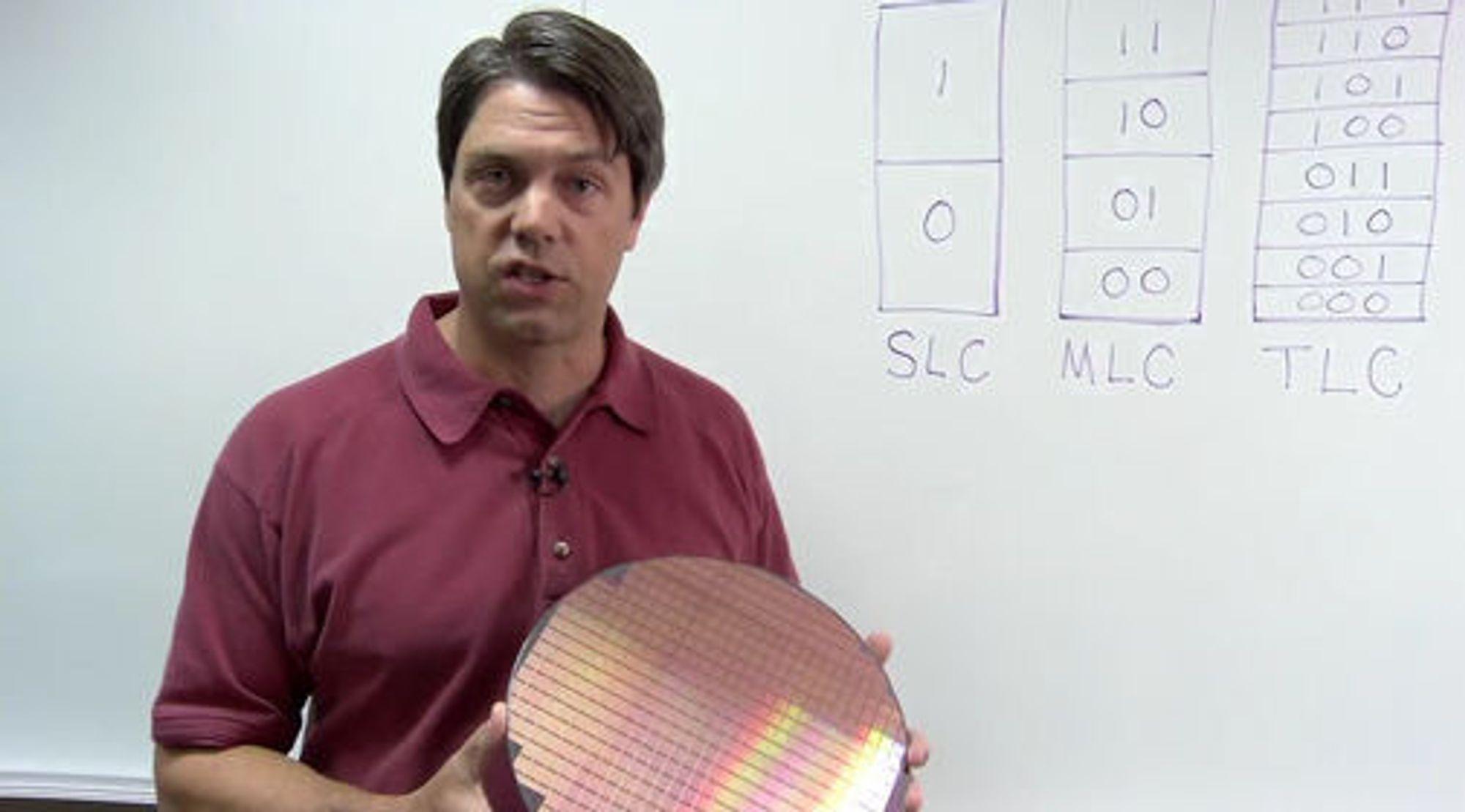 Microns Kevin Kilbuck med en silisiumskive som inneholder over hundre av de nye TLC flashminnebrikkene.