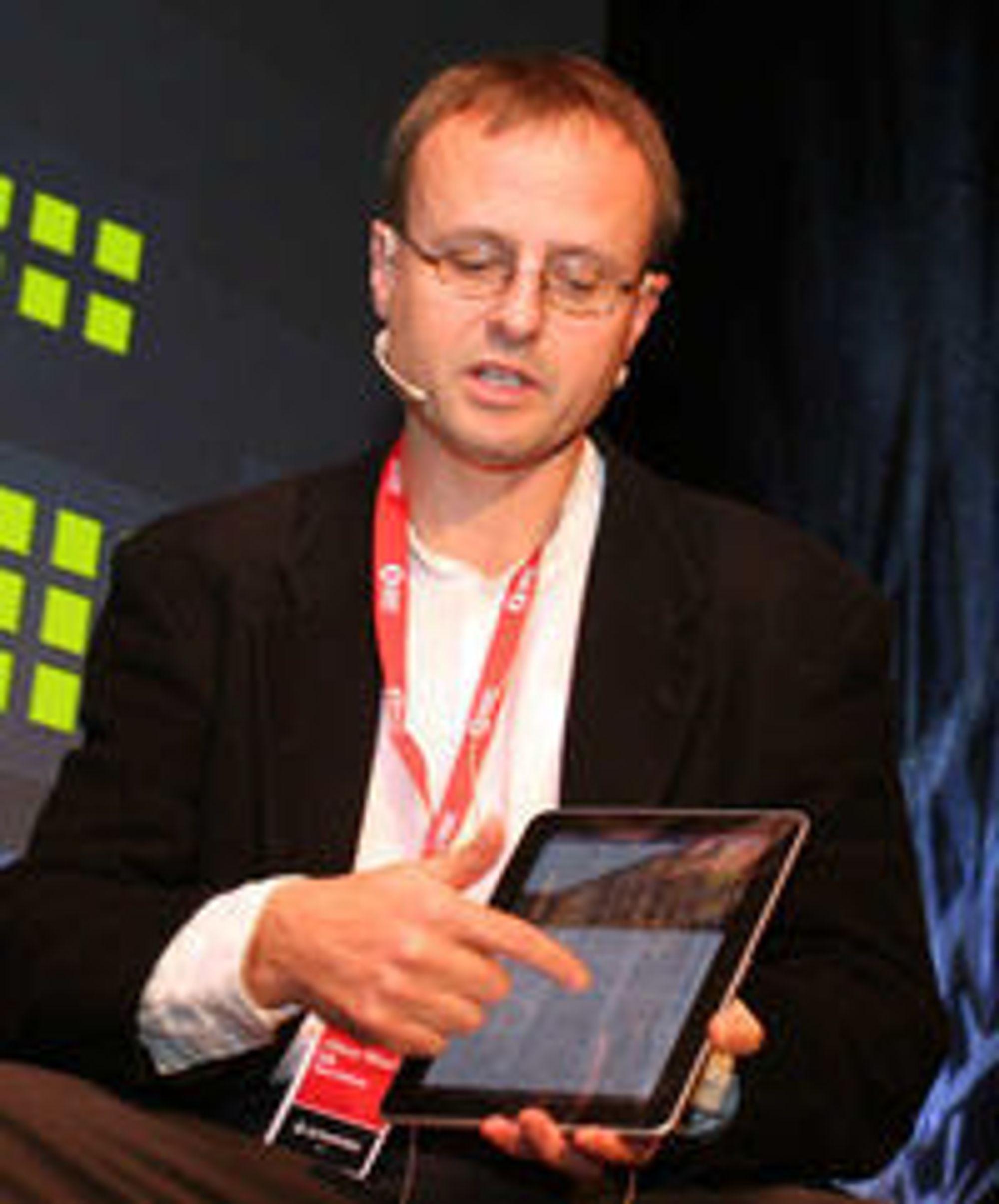 Uten JavaScript: Håkon Wium Lie sveiper mellom helt ordinære nettsider på en tidlig utgave av Opera Mobile.