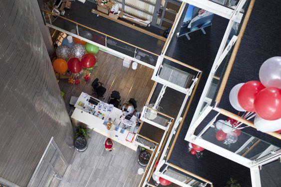 Flyttingen ble i dag markert med ballonger og servering av boller og kaffe.
