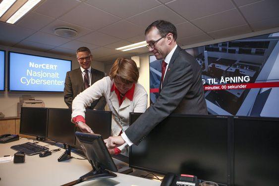 NorCERTs nye lokaler ble innviet av justisminister Grete Faremo og forsvarsminister Espen Barth Eide. Direktør for norsk sikkerhetsmyndighet, Kjetil Nilsen, bivånet den høytidlige knappetrykingen.
