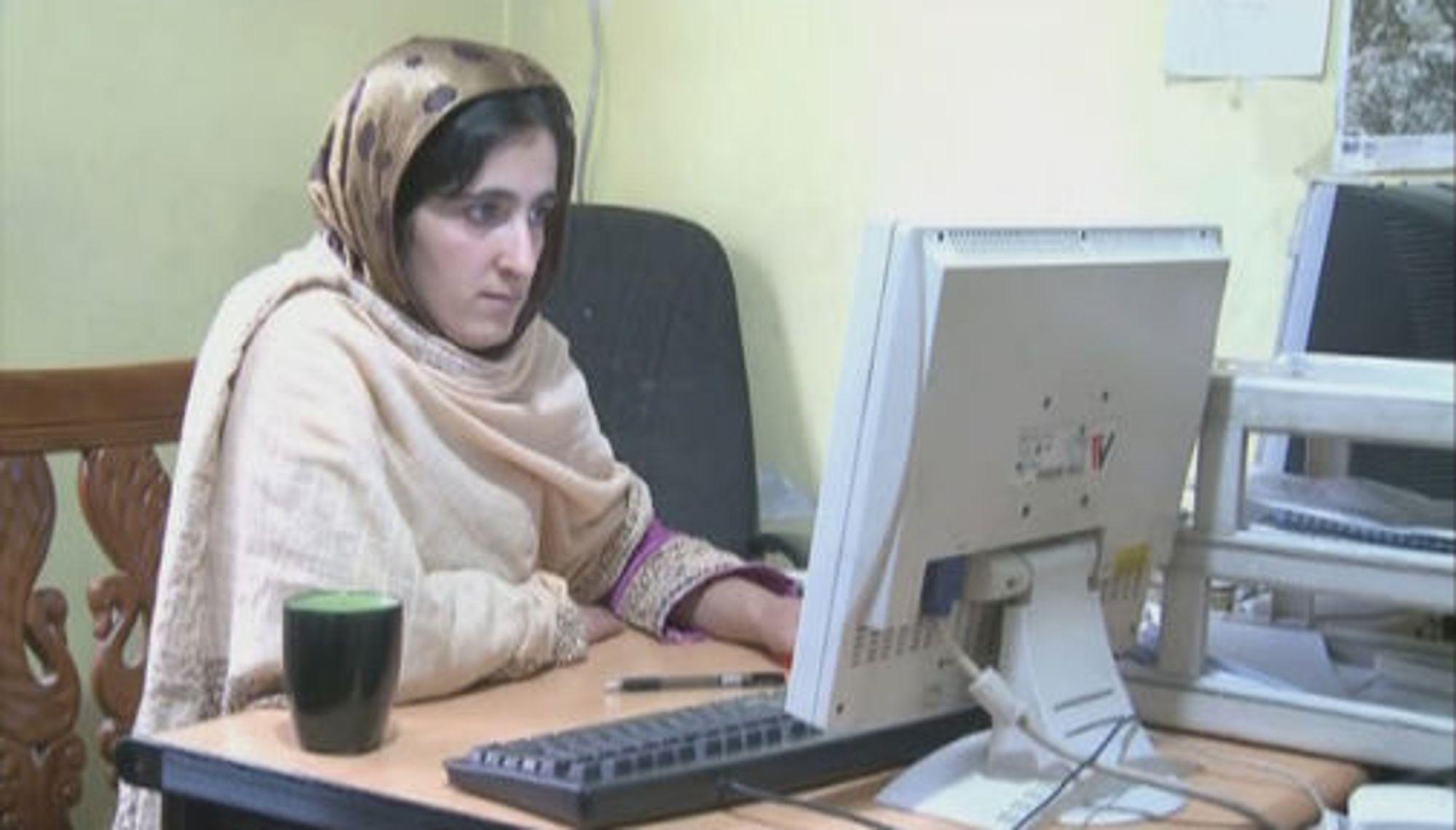 Noen mil fra områder hvor Taliban vansirer skolejenter, gir usensurert nettilgang en mulighet for normale studier og yrkesliv. (foto: Nato Channel)