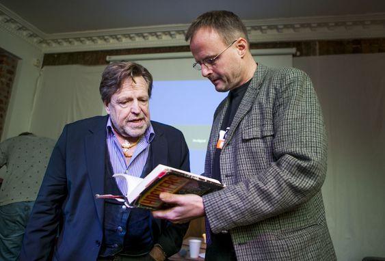 John Perry Barlow og Håkon Wium Lie har begge et sterkt forhold til boka Hackers: Heroes of the Computer Revolution, som Steven Levy utga i 1984. Boka ble utgitt på nytt, med oppdateringer, i 1994 og 2010.
