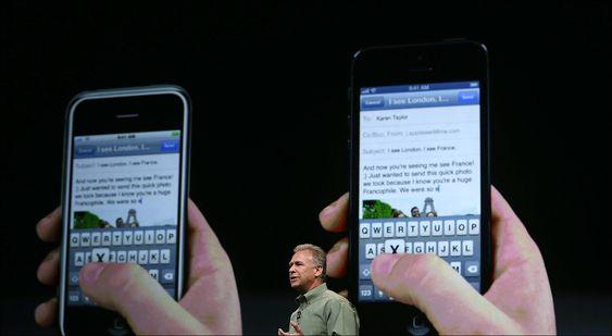 Hindret av design: På bildet presenterte Apples markedsdirektør Phill Schiller iPhone 5 (t.h). Telefonen er flaggskipet til Apple, men de klarer ikke produsere nok. Årsaken er design, mener de som setter sammen produktet.