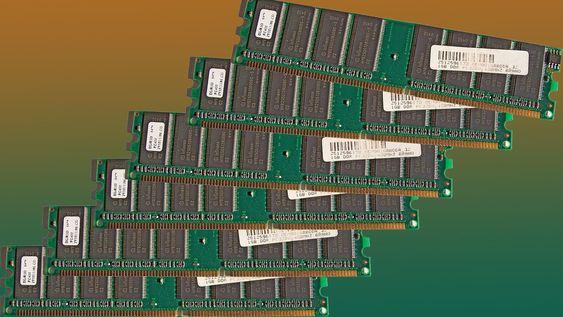 DDR-3 kort med 1 gigabyte minne hver. Standardservere kan i dag leveres med minne på mange terabyte.