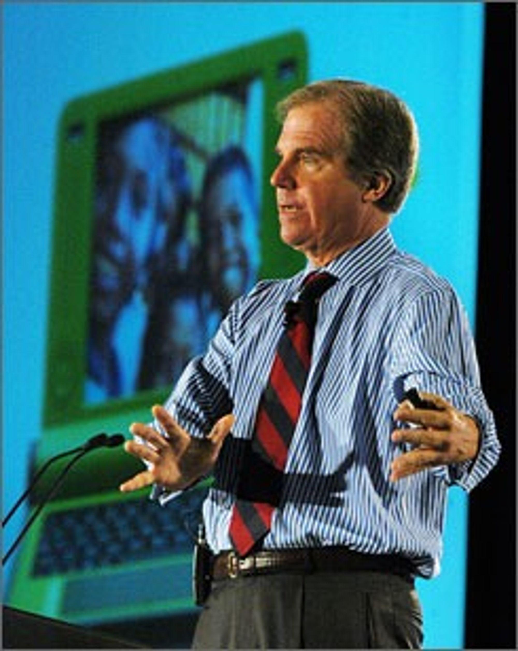 Nicholas Negroponte under presentasjonen av en tidligere OLPC-maskin.