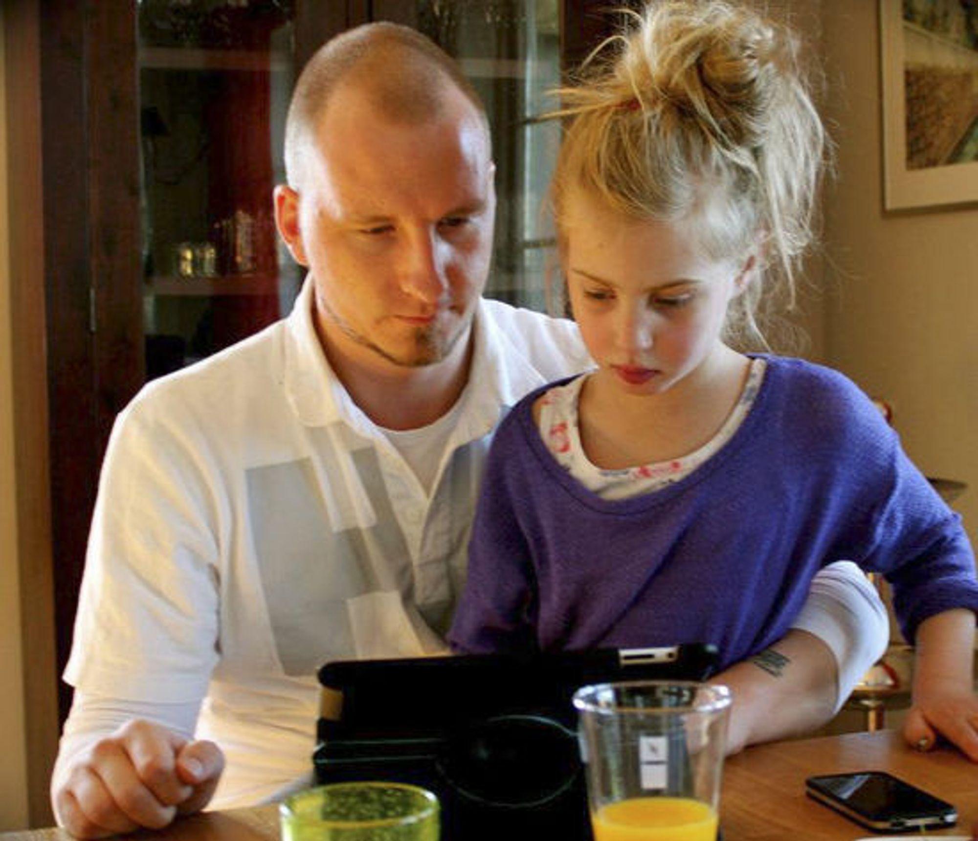 Angelina bruker nettbrett. Her sammen med stefaren, Marius Mathisen.