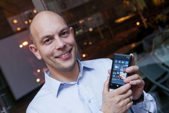 Teknologidirektør i Microsoft Norge, viser fram en splitter ny Lumia-mobil fra Nokia.