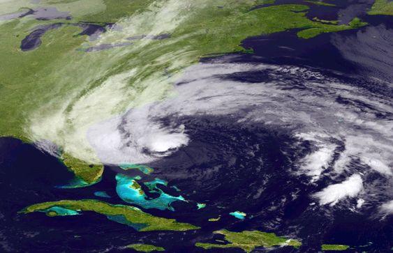 Satellittbilde av orkanen «Sandy», tatt lørdag 27. oktober. Orkanen beveger seg på utsiden av den amerikanske østkysten denne helgen og ventes å treffe land i et område mellom North Carolina og New England.