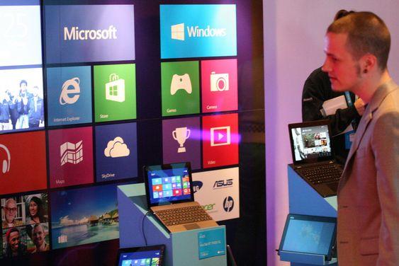 Det kommer et vell av nye maskiner med Windows 8 og Windows RT. Både tradisjonelle datamaskiner, bærbare, nettbrett og det som beskrives som hybrider, altså bærbare der skjermen kan løsnes og benyttes separat. Her fra showrommet på lanseringsfesten.