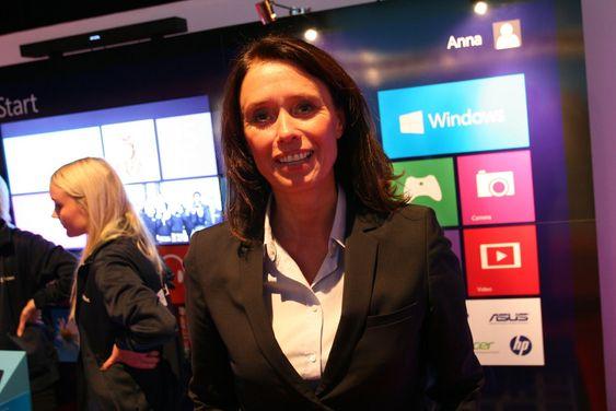 Adm.dir Hege Skryseth i Microsoft Norge sier hun er fan av hybrid-pcen, der skjermen kan løsnes og fungere som et frittstående brett.