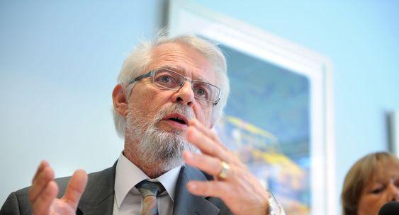 Riksrevisor Jørgen Kosmo (bildet) kritiserer næringsminister Trond Giske for manglende styring og kontroll med Altinn.