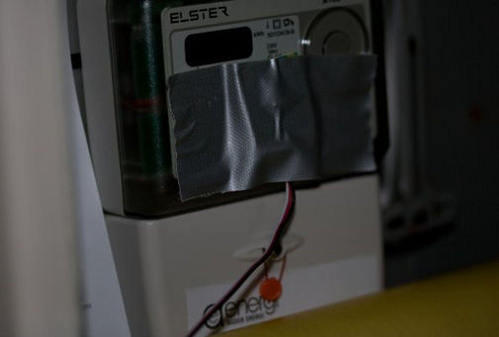 Lyssensor montert foran strømmåler ved hjelp av tape. Foto: Harald Nesland