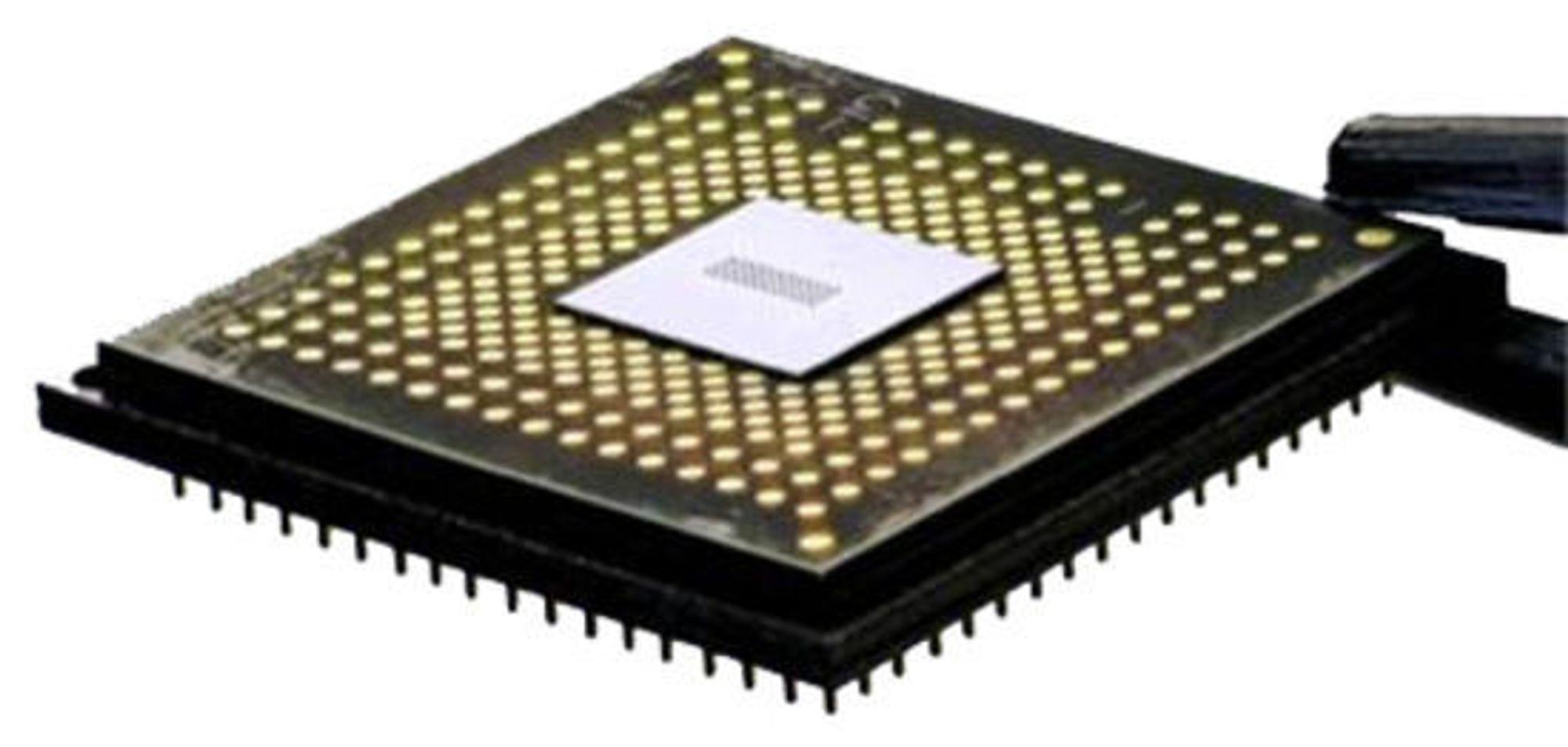 IBMs Holey Optochip pakket inn en optisk modul med nødvendige konktakter. Hullene i brikken er klart synlige på baksiden av CMOS-brikken.