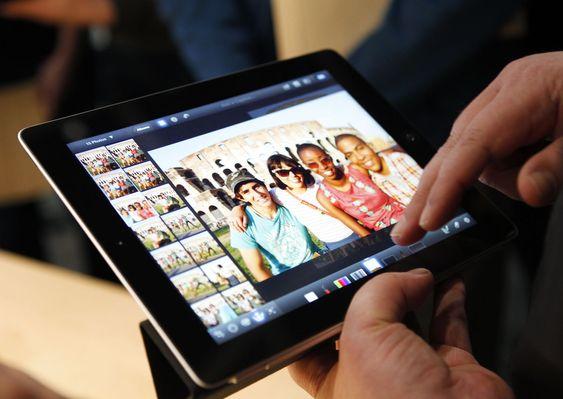Et medlem av pressen tar en titt på den nye iPaden under Apples arrangement i går.