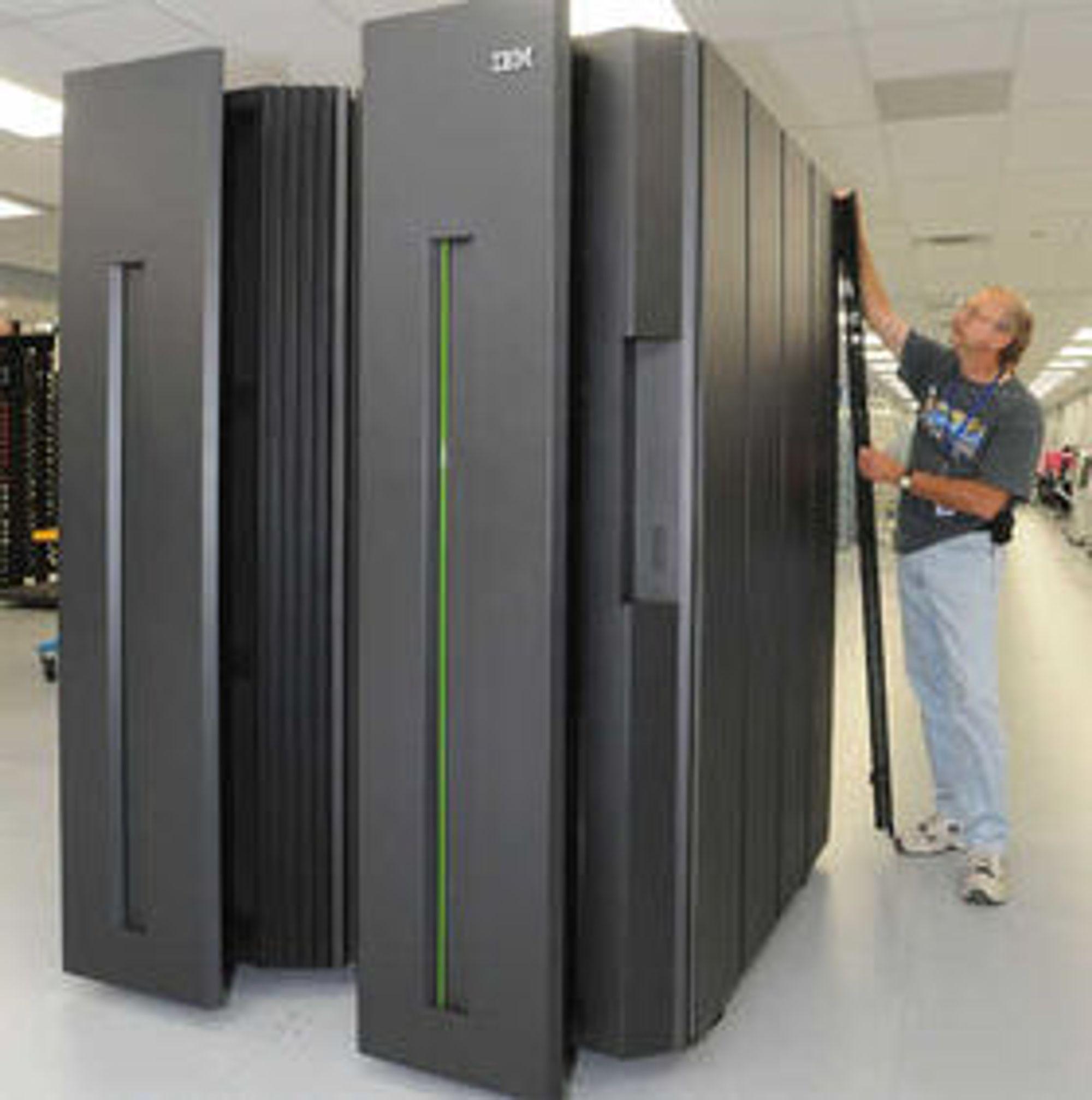 Stadig færre IBM-ere jobber i USA. Her blir en stormaskin klargjort ved selskapets produksjonsanlegg i delstaten New York.