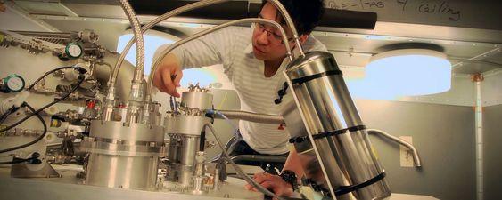 Qubit-eksperimentene krever temperaturer ned mot noen milligrader over det absolutte nullpunktet. Her justeres kjøleanlegget av forsker Jerry Chow i IBMs gruppe Experimental Quantum Computing.