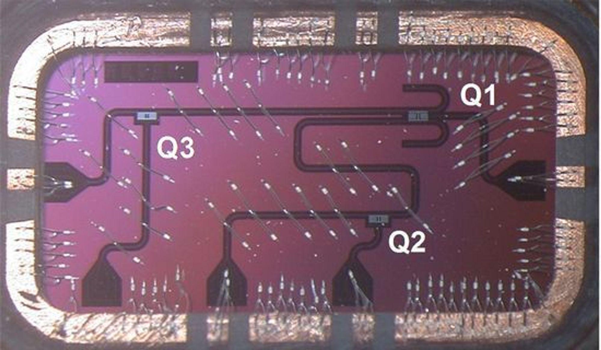 Krets med tre todimensjonale qubit, merket Q1, Q2 og Q3. Kretsens størrelse går fram av bildet øverst i denne artikkelen.
