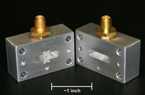 Qubiten i en serie lovende eksperimenter er de to strekene på den delvis gjennomsiktige skiven på halvdelen til venstre. For å få den til å fungere må de to sidene lukkes helt tett, og temperaturen må senkes til så vidt over det teoretiske nullpunktet, nærmere bestemt 0,008 kelvin. Qubiten styres ved hjelp av mikrobølger.