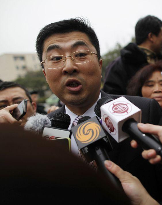 Ma Dongxiao, en advokat som representerer Proview, forsøker etter beste evne å svare pressen utenfor domstolen i Shanghai, der de denne uken forsøkte å stanse alt salg av iPad.