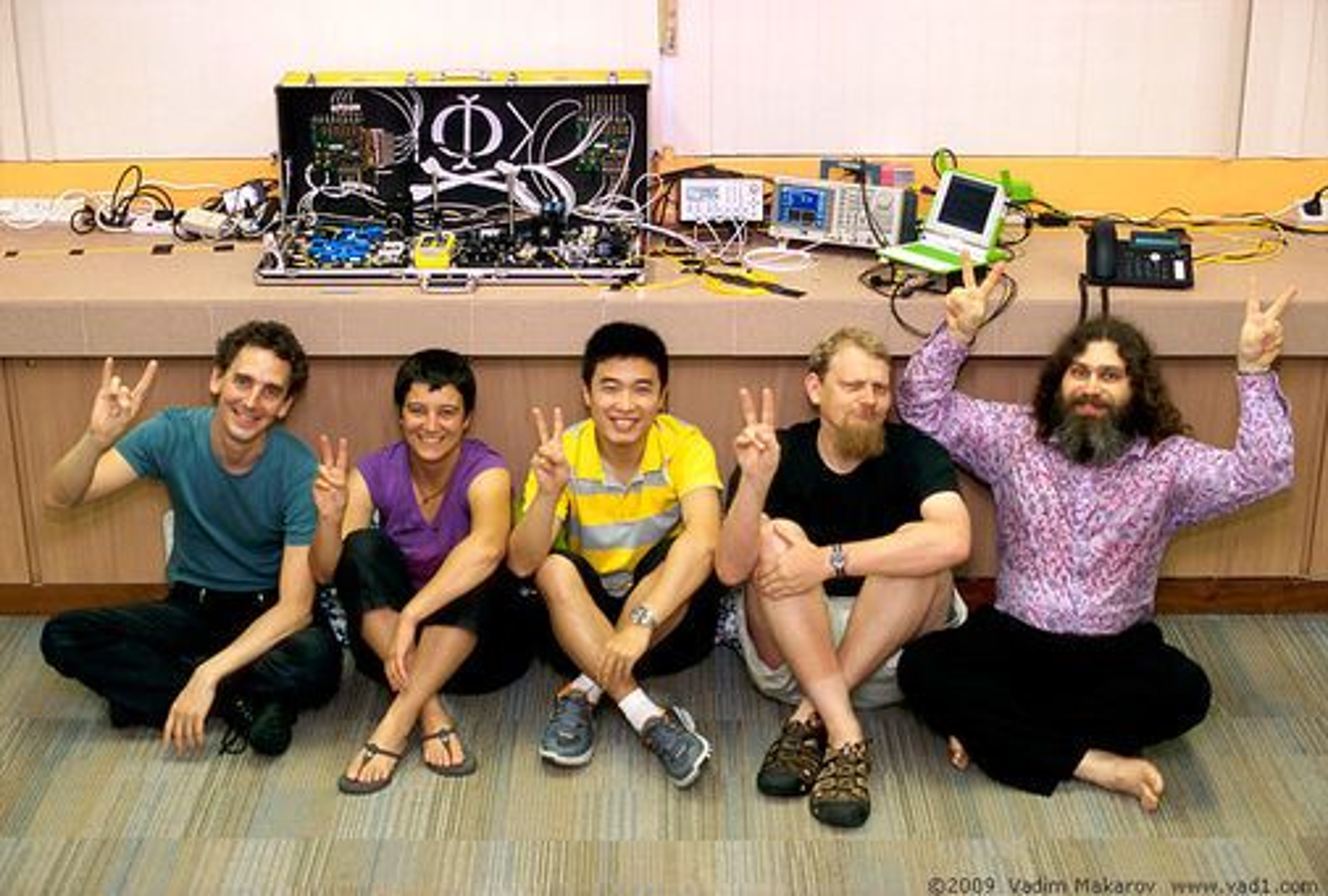 Forskerteamet som gjennomførte avlytting av en kvartekryptert forbindelse. Fra venstre Ilja Gerhardt, Antía Lamas-Linares, Qin Liu, Christian Kurtsiefer og Vadim Makarov. Utstyret som ble brukt vises i bakgrunnen.