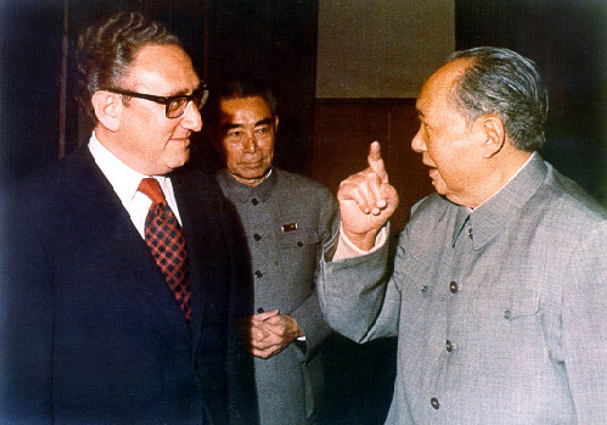 USAs utenriksminister Henry Kissingers to besøk til Kina i 1971 la grunnlaget for diplomatiske forbindelser mellom de to landene. Her sammen med daværende statsminister Zhou Enlai og partileder Mao Zedong.