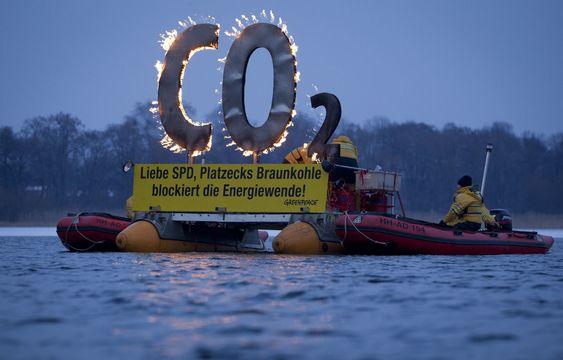 Tyske Greenpeace aktivister «brenner CO2>» i protest mot energipolitikken til det sosialdemokratiske partiet SPD i delstaten Brandenburg, i en elvedemonstrasjon 29. januar i år.