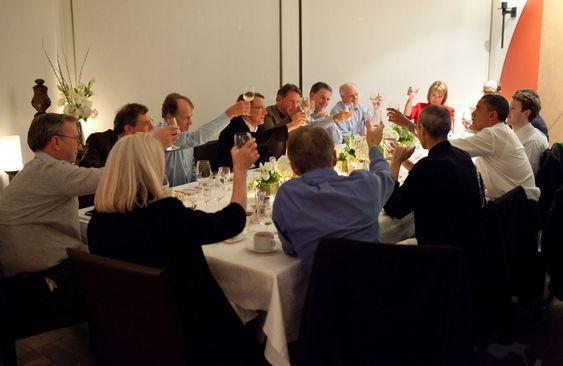 Barack Obama i middag med lederne av en rekke amerikanske teknologivirksomheter. Nærmest Obama sitter Steve Jobs og Mark Zuckerberg.