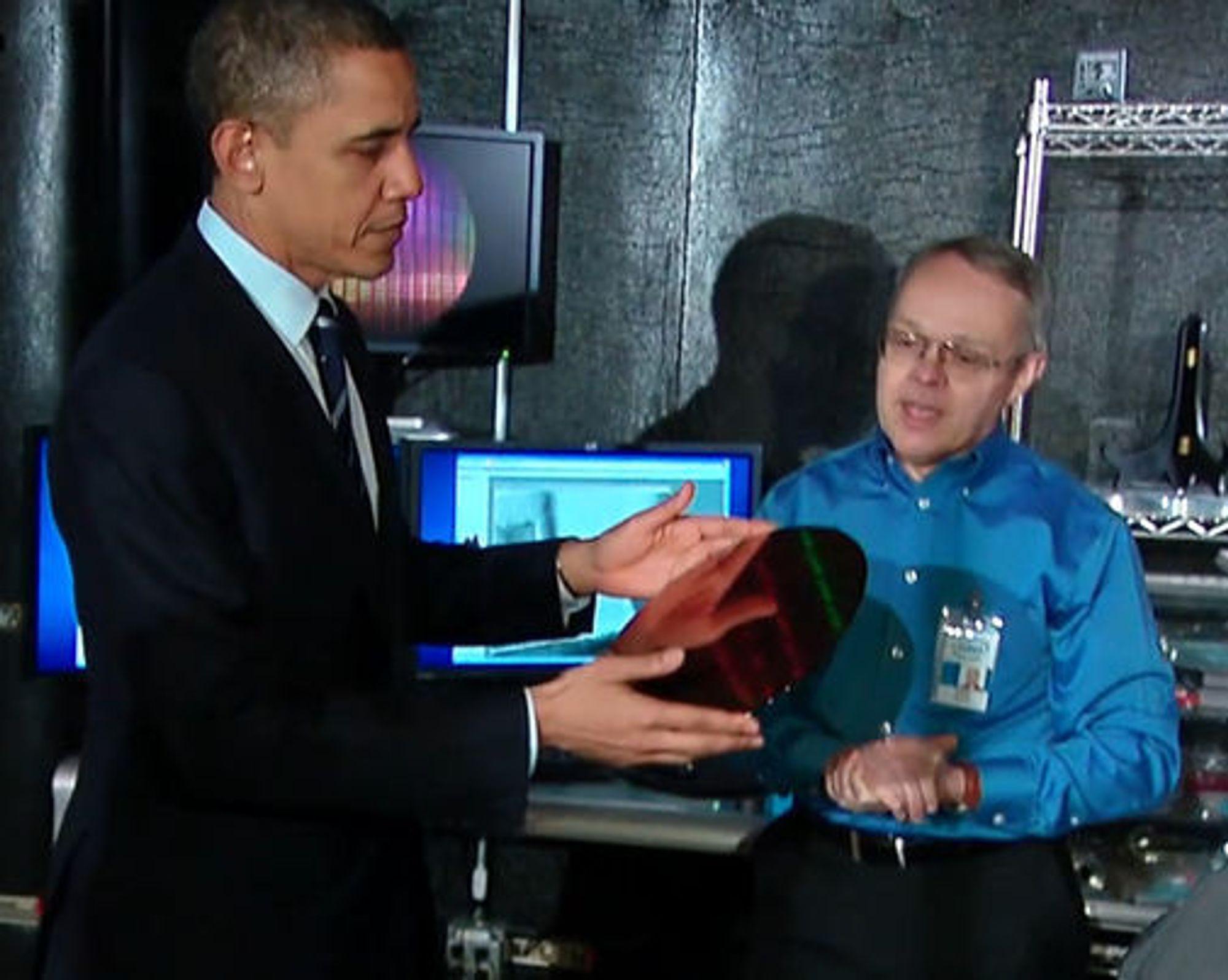 President Barack Obama studerer en silisiumwafer hos Intel.