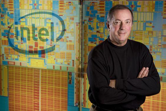 Intel-sjef Paul Otellini, her foran et bilde av selskapet Penryn-baserte brikker.