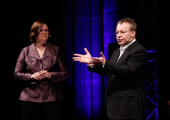 Jo Harlow og Stephen Elop under pressekonferansen i Barcelona.