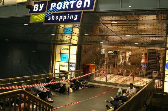 Cirka 30 personer hadde lagt seg i kø utenfor den første butikken ved 00:30-tiden på natten.