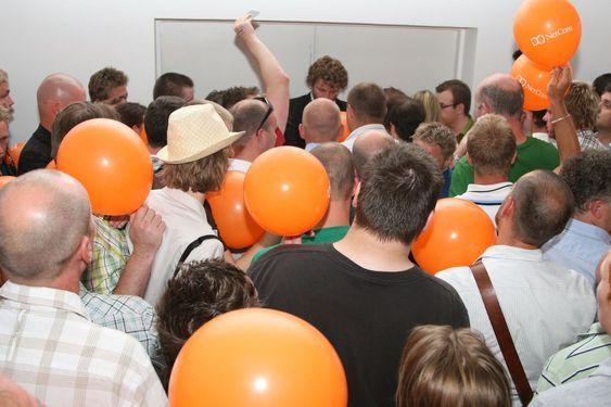 Etter å ha sikret seg en ballong, måtte deltagerne registrere seg for å kunne hente en iPhone dagen etter.