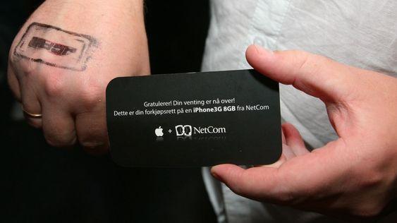 Stempel på hånden og et forkjøpsbevis sikrer retten til å hente ut en iPhone på Netcoms kontor.