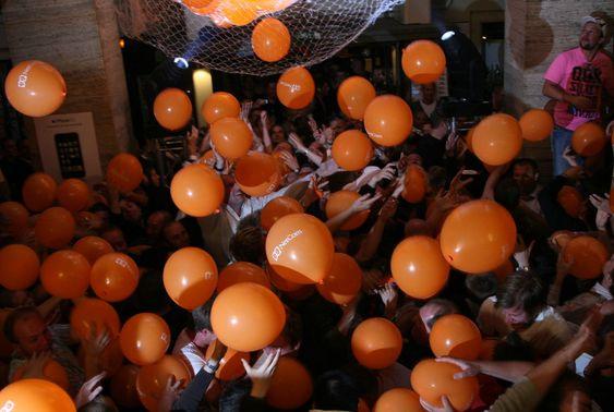 Det ble kaotisk da nesten 450 oppmøtte skulle kjempe om 200 forkjøpsretter.