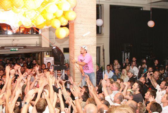 24:00 ble ballongene sluppet fra taket, og iPhone entusiastene kunne kjempe om en forkjøpsrett.