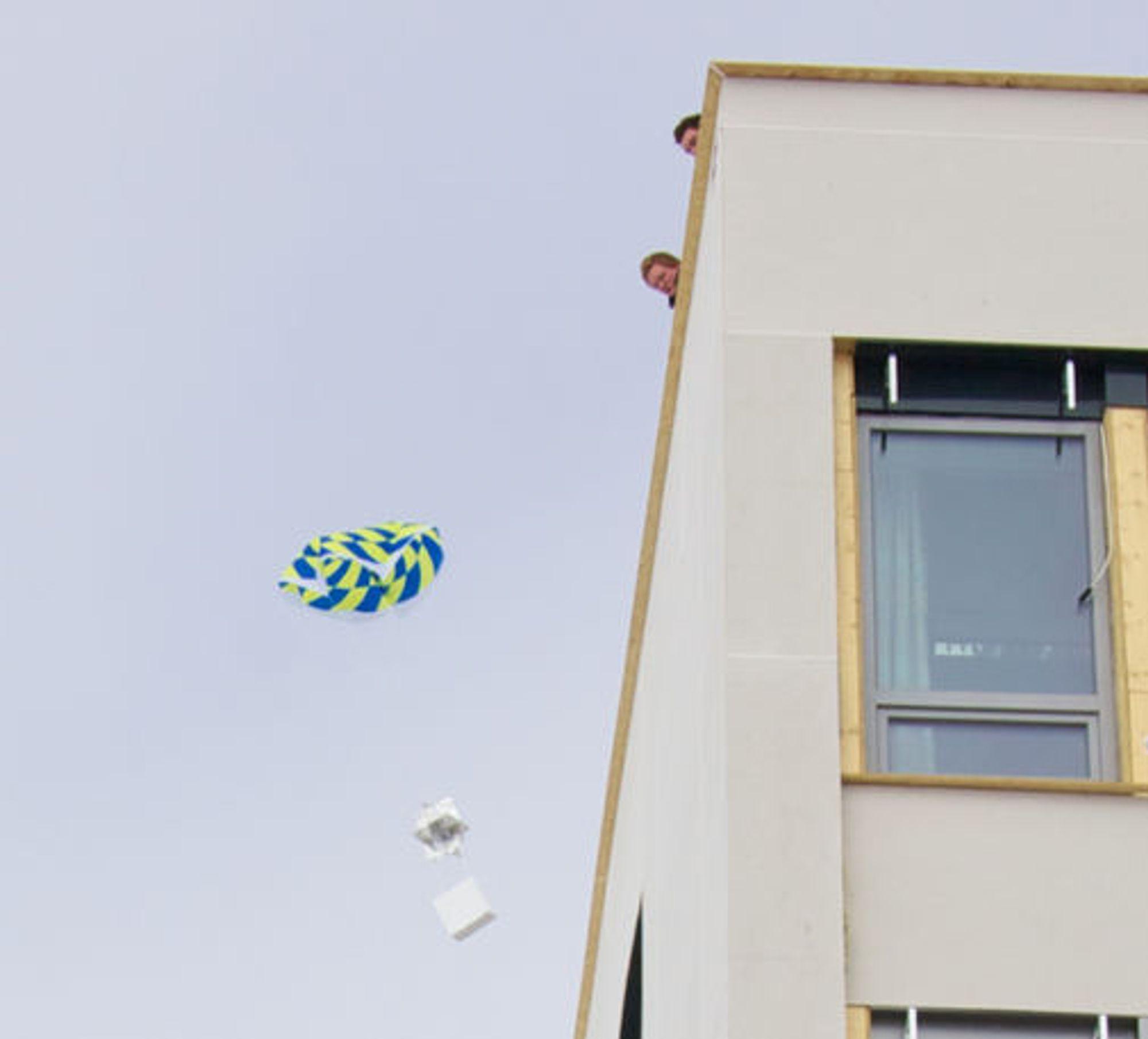 Testslipp av lasten. Øverst en fallskjerm, deretter en radarreflektor og nederst en isoporeske med mobilen inni.