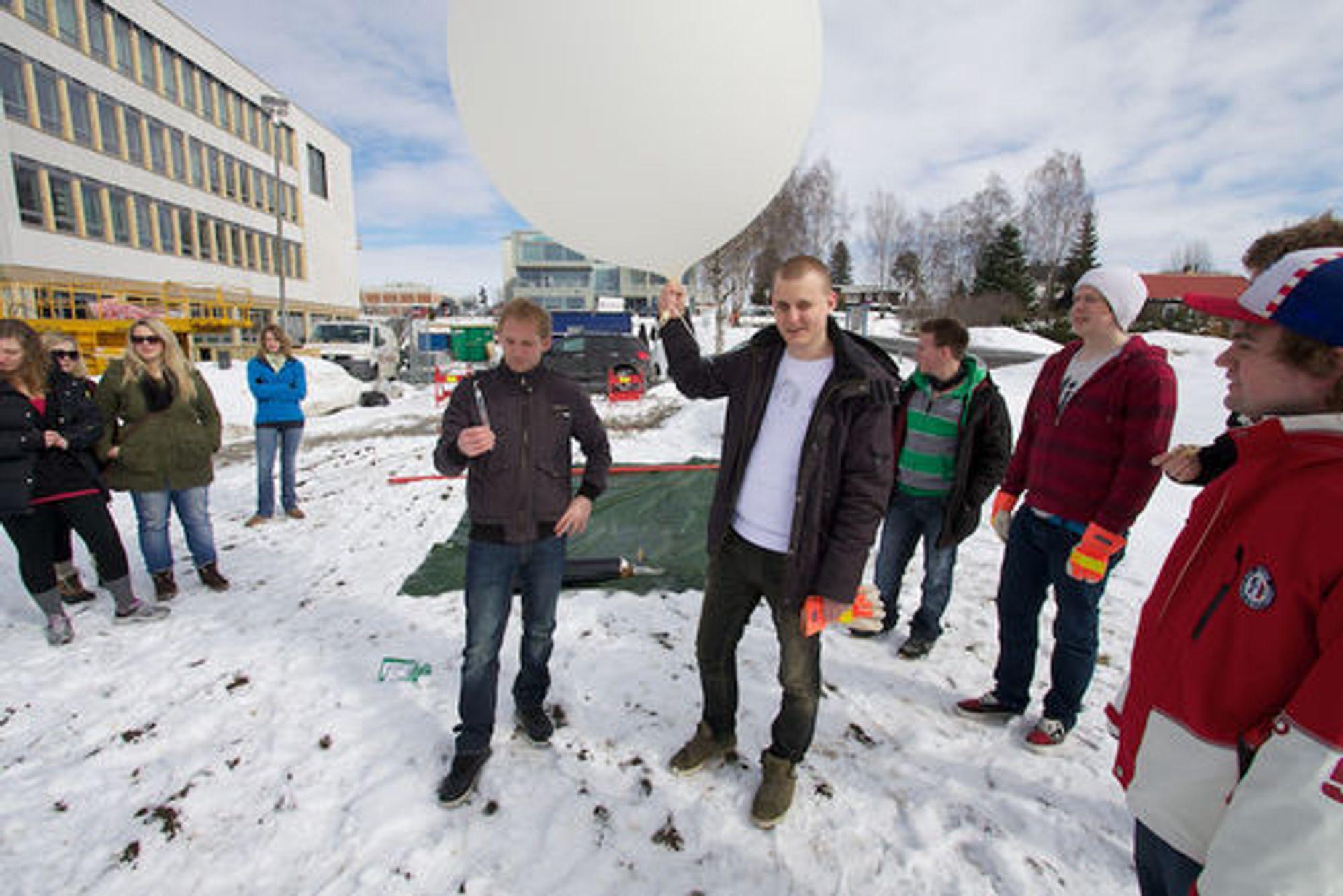 Studentene ved Moscus2011-prosjektet ved Høgskolen i Gjøvik i gang med å teste ballongen som skal brukes.