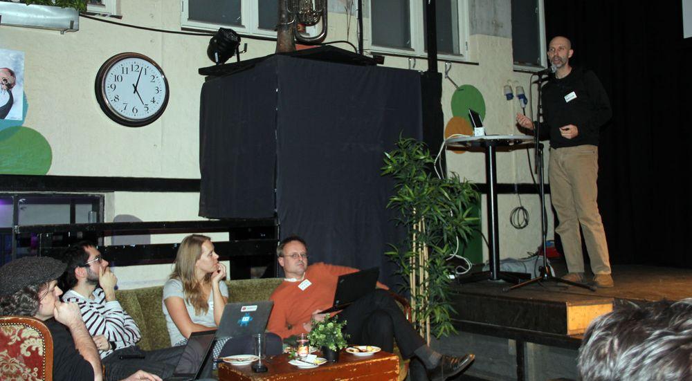 Åpningsseremonien for WebRTC Competency Center fant sted hos Mesh i Oslo. I scenen står Eric Rescorla fra Mozilla. I sofaen sitter blant annet Håkon Wium Lie fra Opera Software og Ingrid Ødegaard fra Telenor Digital.