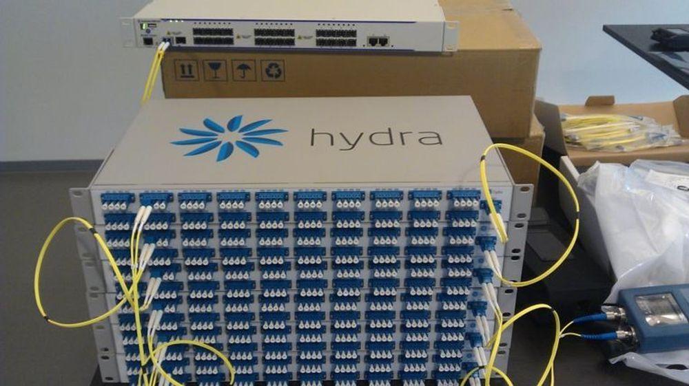 Tjenestene i HydraCloud bæres av egenutviklet utstyr. Bayonettes egenkonstruerte DWDM (dense wavelength division multiplexing) splitter lys i opptil 160 kanaler over samme fibertråd. Kapasiteten per linje er 1,6 terabit per sekund.