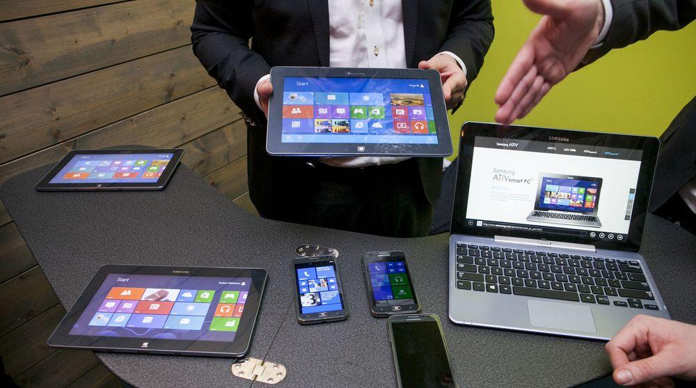 Nettbrett og smarttelefoner kveler etterspørselen etter den tradisjonelle PC-en, også i fremvoksende økonomier. På bildet viser Samsung frem noen av sine Windows-baserte produkter.