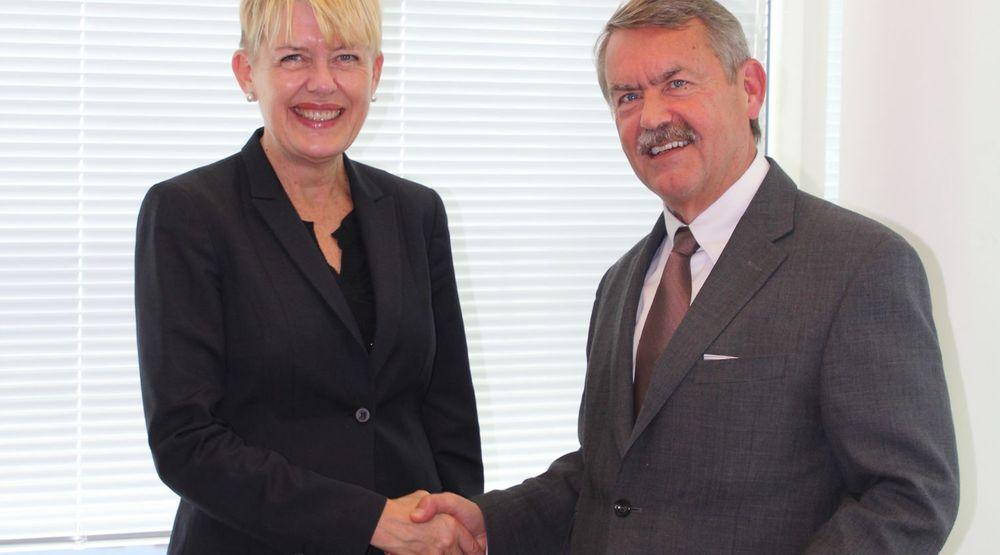 UDE-direktør Astrid Søgnen forsegler avtalen med CGI Norge-direktør Olav Sandbakken med et håndtrykk.