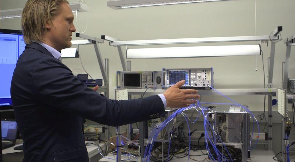 Mathias Ryback i Ericsson demonstrerer selskapets utstyr for overføring av mobildata mellom terminal og basetasjon i hastigheter vi ennå bare kan drømme om.