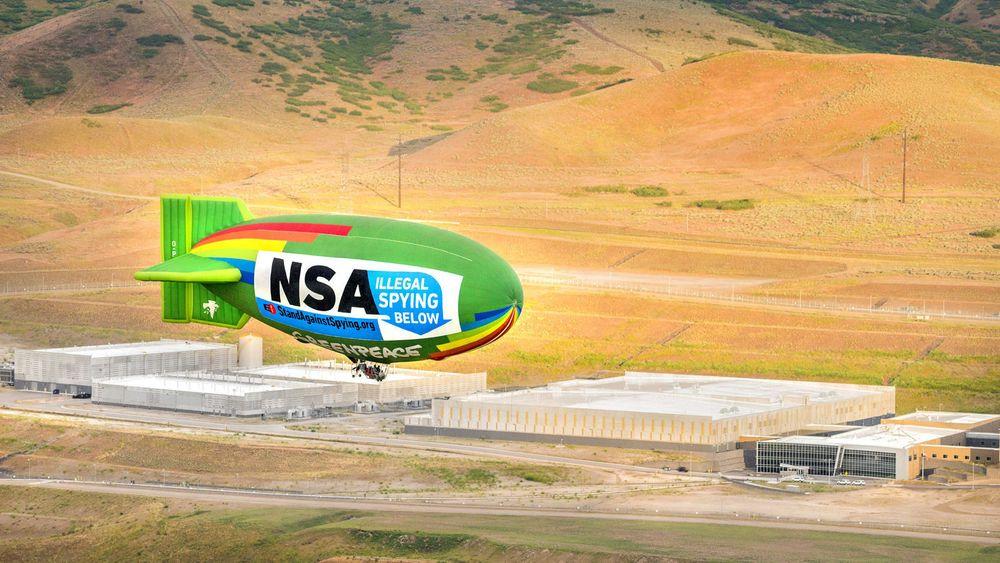 Tre ulike organisasjoner gikk i forrige uke sammen om å gjennomføre denne protesten mot NSAs datainnsamling. I bakgrunnen sees NSAs datasenter i Bluffdale, Utah.