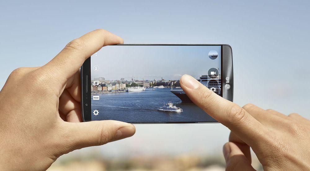 Smartmobilen er fin å ha med seg også i ferien. Bildet viser en LG G3, som er blant nykommerne på topplisten til NetCom i juli.