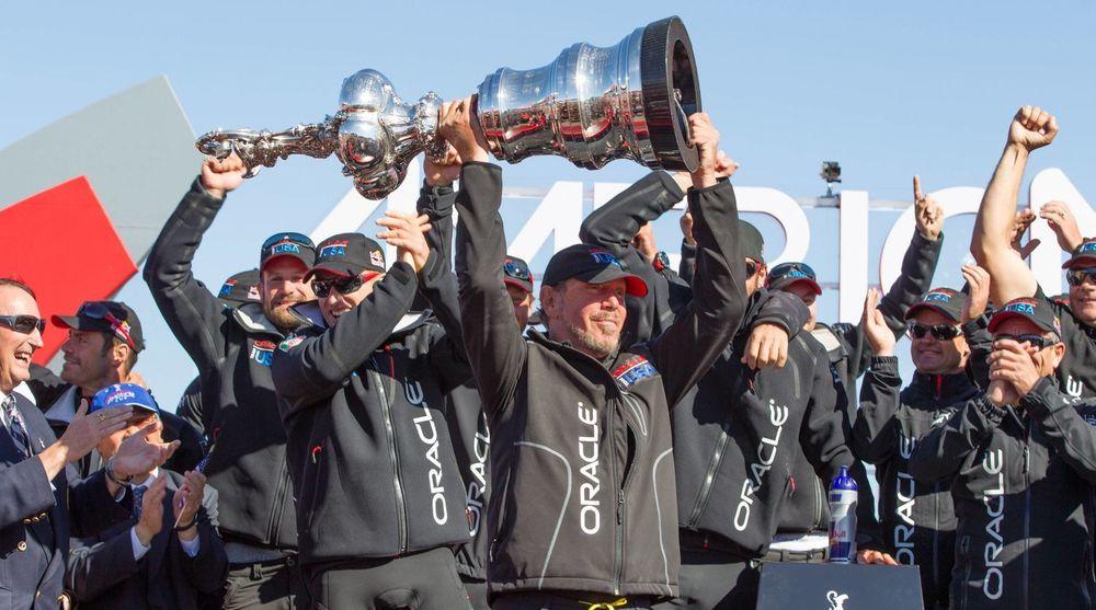 FÅR MINDRE: Oracle-gründer og mangemilliardær Larry Ellison må i år nøye seg med 46 millioner dollar i kompensasjon for å lede selskapet. Ellison er som kjent også en ivrig seiler. Bildet er fra i fjor sommer da Ellison kunne slippe jubelen løs etter å ha vunnet regattaen America's Cup i San Francisco.