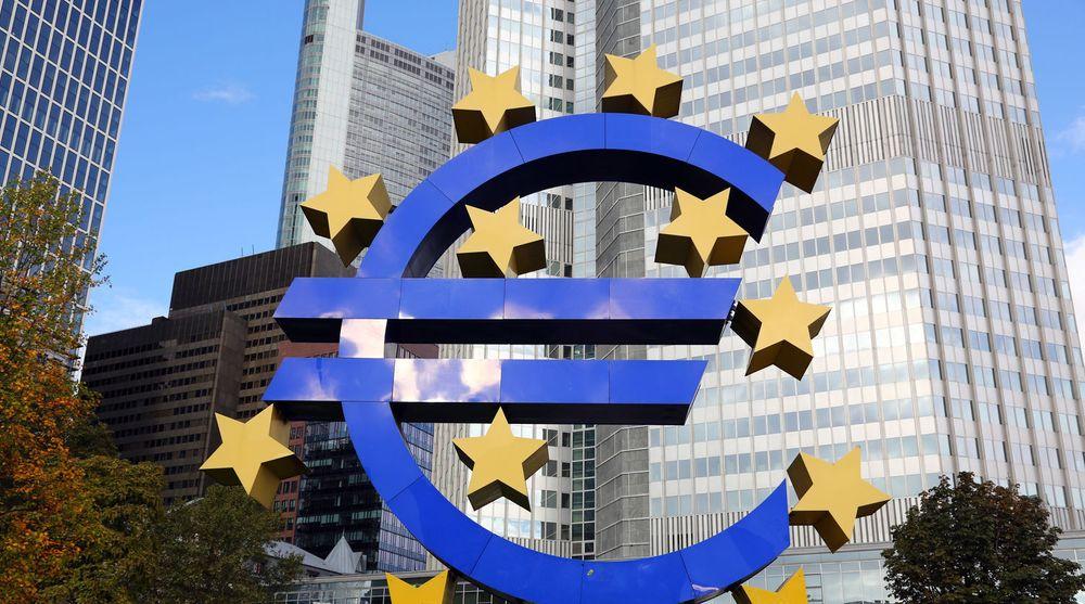 Euro-symbolet ruver utenfor hovedkvarteret til Den europeiske sentralbanken i den tyske byen Frankfurt.