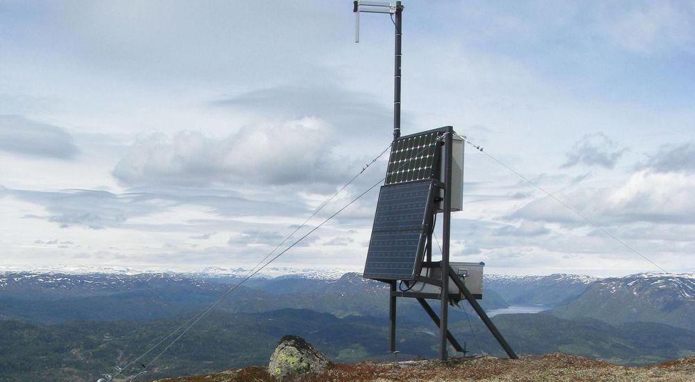 HOLDER UT: Basestasjonene til vhf-radioene har langt bedre reservestrøm enn de kommersielle mobilbasestasjonene.